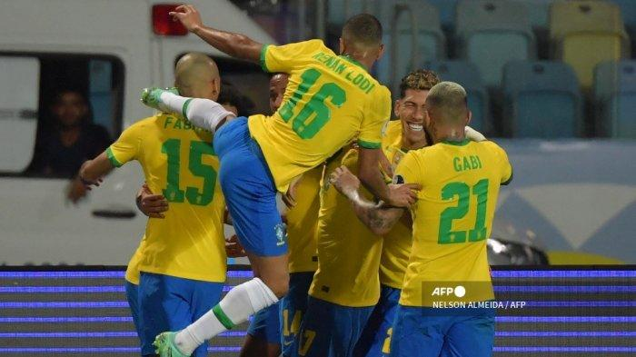 Para pemain Brasil merayakan gol (tersembunyi) rekan setimnya Eder Militao ke gawang Ekuador pada pertandingan fase grup turnamen sepak bola Conmebol Copa America 2021 di Stadion Olimpiade di Goiania, Brasil, pada 27 Juni 2021. NELSON ALMEIDA / AFP