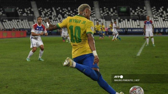 Pemain Brasil Neymar menembak saat pertandingan perempat final turnamen sepak bola Copa America Conmebol 2021 melawan Chili di Stadion Nilton Santos di Rio de Janeiro, Brasil, pada 2 Juli 2021.