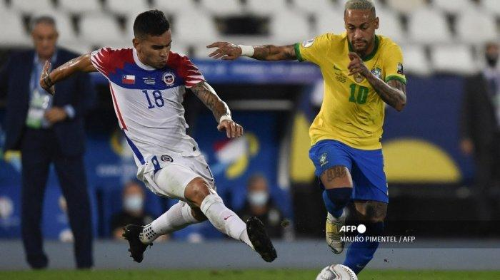 Pemain Chili Sebastian Vegas (kiri) dan pemain Brasil Neymar berebut bola dalam pertandingan perempat final turnamen sepak bola Copa America Conmebol 2021 di Stadion Nilton Santos di Rio de Janeiro, Brasil, pada 2 Juli 2021.