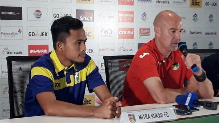 Pemain dan Pelatih Mitra Kukar, Wiganda Pradika dan Rafael Berges dalam sesi konferensi pers menjelang pertandingan di Graha Persib, Sabtu (7/4/2018).