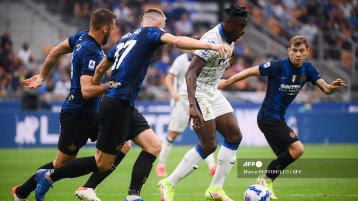 Pemain depan Atalanta Kolombia Duvan Zapata (2R) berebut bola dengan bek Inter Milan Slovakia Milan Skriniar (2L) selama pertandingan sepak bola Serie A Italia antara Inter Milan dan Atalanta Bergamo di stadion San Siro di Milan, pada 25 September 2021.