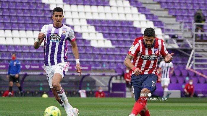 Pemain depan Atletico Madrid Luis Suarez (kanan) mencetak gol selama pertandingan sepak bola liga Spanyol Real Valladolid FC melawan Club Atletico de Madrid di stadion Jose Zorilla di Valladolid pada 22 Mei 2021. CESAR MANSO / AFP