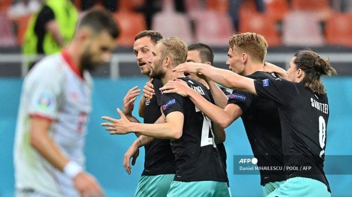 Pemain depan Austria Marko Arnautovic (kiri) merayakan mencetak gol ketiga timnya dengan rekan satu timnya selama pertandingan sepak bola Grup C UEFA EURO 2020 antara Austria dan Makedonia Utara di National Arena di Bucharest pada 13 Juni 2021. Daniel MIHAILESCU / POOL / AFP