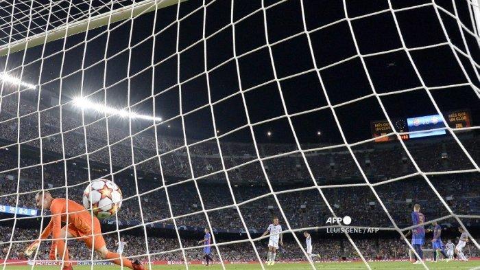Pemain depan Bayern Munich Jerman Thomas Mueller (kanan) merayakan golnya di depan kiper Jerman Barcelona Marc-Andre ter Stegen (kiri) selama pertandingan sepak bola babak pertama grup E Liga Champions antara Barcelona dan Bayern Munich di stadion Camp Nou di Barcelona pada 14 September 2021.
