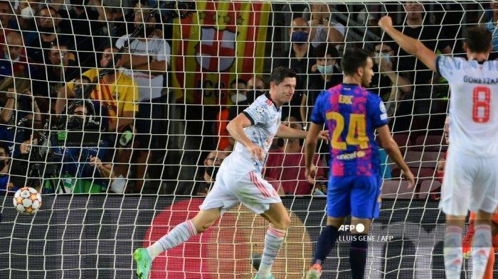 Pemain depan Bayern Munich Polandia Robert Lewandowski merayakan golnya selama pertandingan sepak bola grup E babak pertama Liga Champions UEFA antara Barcelona dan Bayern Munich di stadion Camp Nou di Barcelona pada 14 September 2021.