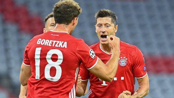Pemain depan Bayern Munich Robert Lewandowski (kanan) merayakan dengan rekan setimnya gelandang Jerman Bayern Munich Leon Goretzka setelah mencetak gol pertama timnya selama Liga Champions UEFA, babak kedua babak 16 besar, pertandingan sepak bola FC Bayern Munich v FC Chelsea di Munich, selatan Jerman pada 8 Agustus 2020. Tobias SCHWARZ / AFP