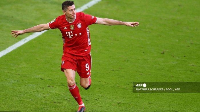 Pemain depan Bayern Munich Robert Lewandowski merayakan kemenangan 3-0 selama pertandingan sepak bola divisi pertama Bundesliga Jerman FC Bayern Munich v Borussia Moenchengladbach di Munich, Jerman selatan pada 8 Mei 2021.  MATTHIAS SCHRADER / POOL / AFP