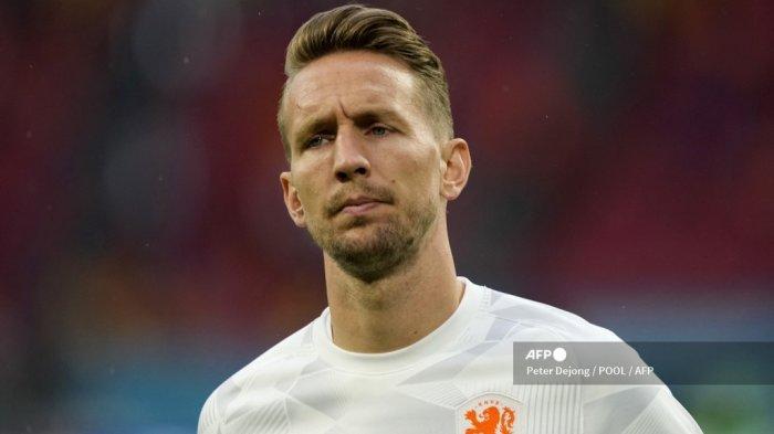 Pemain depan Belanda Luuk de Jong melakukan pemanasan sebelum pertandingan sepak bola Grup C UEFA EURO 2020 antara Makedonia Utara dan Belanda di Johan Cruyff Arena di Amsterdam pada 21 Juni 2021.