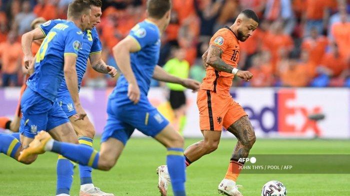 Pemain depan Belanda Memphis Depay (kanan) berlari dengan bola selama pertandingan sepak bola Grup C UEFA EURO 2020 antara Belanda dan Ukraina di Johan Cruyff Arena di Amsterdam pada 13 Juni 2021.