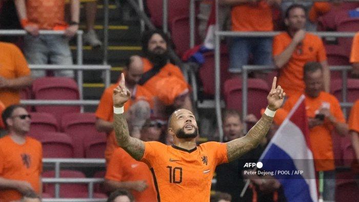 Pemain depan Belanda Memphis Depay merayakan mencetak gol pembuka dari titik penalti selama pertandingan sepak bola Grup C UEFA EURO 2020 antara Belanda dan Austria di Johan Cruyff Arena di Amsterdam pada 17 Juni 2021.