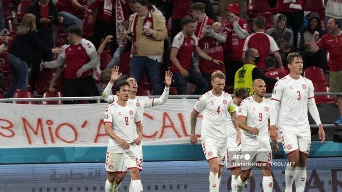 Pemain depan Denmark Yussuf Poulsen (kedua-kiri) merayakan setelah mencetak gol kedua timnya selama pertandingan sepak bola Grup B UEFA EURO 2020 antara Rusia dan Denmark di Stadion Parken di Kopenhagen pada 21 Juni 2021.