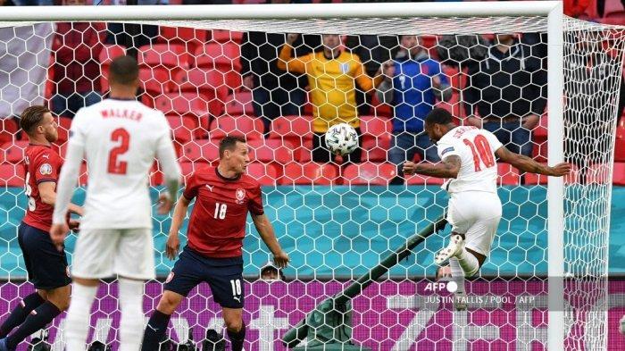 Pemain depan Inggris Raheem Sterling (kanan) mencetak gol pembuka pada pertandingan sepak bola Grup D UEFA EURO 2020 antara Republik Ceko dan Inggris di Stadion Wembley di London pada 22 Juni 2021.