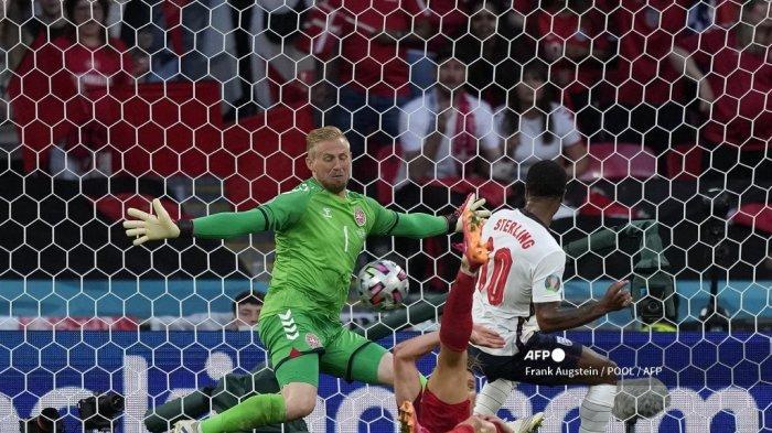 Pemain depan Inggris Raheem Sterling (kanan) mencetak gol pertama timnya melewati kiper Denmark Kasper Schmeichel (kiri) selama pertandingan sepak bola semifinal UEFA EURO 2020 antara Inggris dan Denmark di Stadion Wembley di London pada 7 Juli 2021.