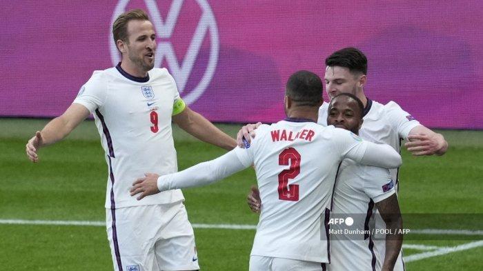 Pemain depan Inggris Raheem Sterling (kanan) merayakan mencetak gol pembuka dengan rekan satu timnya selama pertandingan sepak bola Grup D UEFA EURO 2020 antara Republik Ceko dan Inggris di Stadion Wembley di London pada 22 Juni 2021.