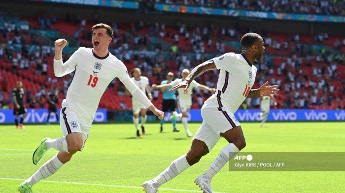 Pemain depan Inggris Raheem Sterling (kanan) merayakan mencetak gol pertama timnya dengan gelandang Inggris Mason Mount selama pertandingan sepak bola Grup D UEFA EURO 2020 antara Inggris dan Kroasia di Stadion Wembley di London pada 13 Juni 2021.