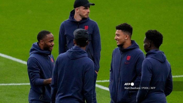 Pemain depan Inggris Raheem Sterling (kiri), pemain depan Inggris Jadon Sancho (2R) dan rekan satu timnya memeriksa lapangan sebelum pertandingan sepak bola Grup D UEFA EURO 2020 antara Inggris dan Skotlandia di Stadion Wembley di London pada 18 Juni 2021.