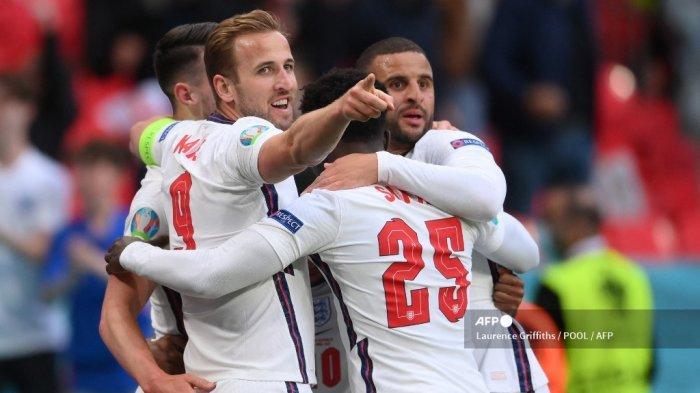 Pemain depan Inggris Raheem Sterling (tersembunyi) merayakan mencetak gol pembuka dengan rekan satu timnya termasuk pemain depan Inggris Harry Kane, gelandang Inggris Bukayo Saka dan bek Inggris Kyle Walker selama pertandingan sepak bola Grup D UEFA EURO 2020 antara Republik Ceko dan Inggris di Stadion Wembley di London pada 22 Juni 2021.