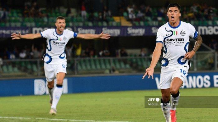 Pemain depan Inter Milan asal Argentina Joaquin Correa merayakan setelah mencetak gol kedua timnya selama pertandingan sepak bola Serie A Italia antara Hellas Verona dan Inter Milan di stadion Marcantonio Bentegodi di Verona pada 27 Agustus 2021.