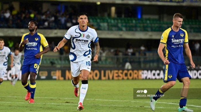 Pemain depan Inter Milan asal Argentina Joaquin Correa merayakan setelah mencetak gol ketiga timnya selama pertandingan sepak bola Serie A Italia antara Hellas Verona dan Inter Milan di stadion Marcantonio Bentegodi di Verona pada 27 Agustus 2021.