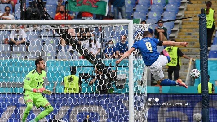 Pemain depan Italia Andrea Belotti (kanan) mencoba meraih bola selama pertandingan sepak bola Grup A UEFA EURO 2020 antara Italia dan Wales di Stadion Olimpiade di Roma pada 20 Juni 2021.