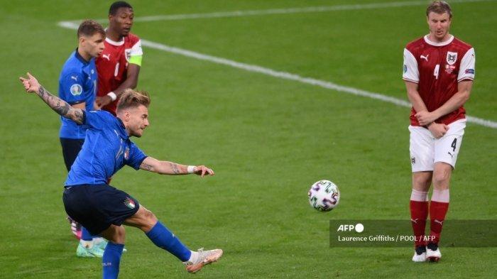 Pemain depan Italia Ciro Immobile menembak bola selama pertandingan sepak bola babak 16 besar UEFA EURO 2020 antara Italia dan Austria di Stadion Wembley di London pada 26 Juni 2021.
