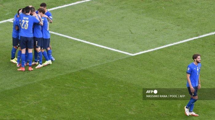 Pemain depan Italia Domenico Berardi (kiri) merayakan dengan rekan satu timnya setelah mencetak gol selama pertandingan sepak bola tempat ketiga UEFA Nations League antara Italia dan Belgia, di Juventus Stadium, di Turin, pada 10 Oktober 2021.