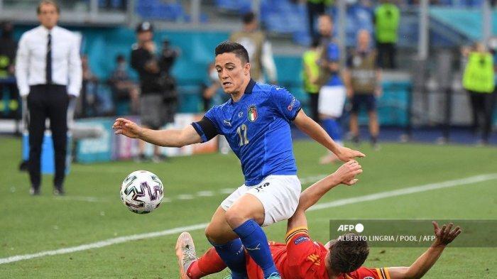 Pemain depan Italia Giacomo Raspadori (kiri) mengontrol bola selama pertandingan sepak bola Grup A UEFA EURO 2020 antara Italia dan Wales di Stadion Olimpiade di Roma pada 20 Juni 2021.