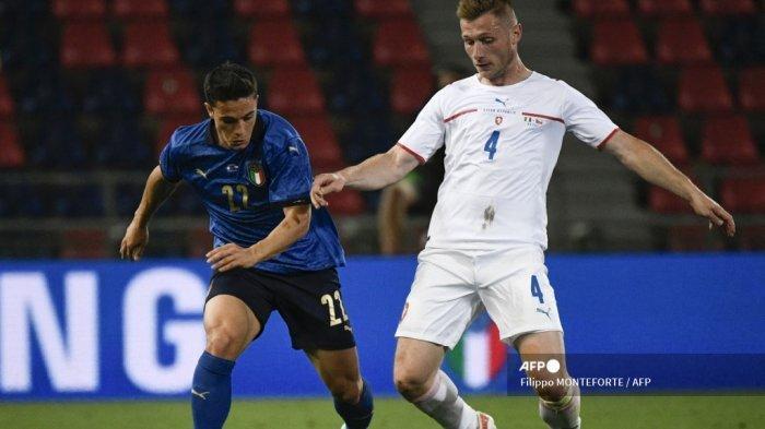 Pemain depan Italia Giacomo Raspadori (kiri) dan bek Republik Ceko Jakub Brabec berebut bola pada 04 Juni 2021 selama pertandingan sepak bola persahabatan internasional antara Italia dan Republik Ceko di stadion Renato-Dall'Ara di Bologna, dalam persiapan untuk UEFA Kejuaraan Eropa. Filippo MONTEFORTE / AFP