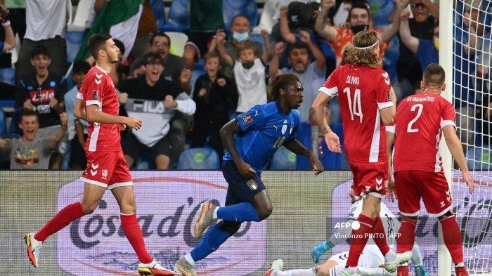 Pemain depan Italia Moise Kean (kedua) merayakan setelah mencetak gol pertama timnya selama pertandingan sepak bola kualifikasi Grup C Piala Dunia Qatar 2022 Grup C antara Italia dan Lithuania di Stadion Citta del Tricolore di Reggio Emilia pada 8 September 2021.
