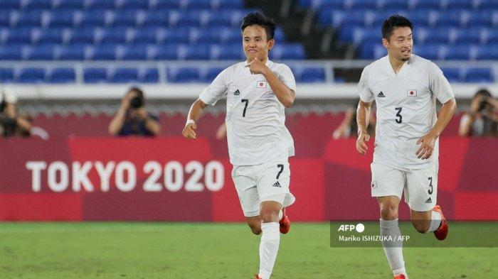 Pemain depan Jepang Takefusa Kubo (kiri) merayakan dengan bek Jepang Yuta Nakayama setelah mencetak gol pertama timnya selama pertandingan sepak bola babak pertama grup A Olimpiade Tokyo 2020 antara Prancis dan Jepang di Stadion Internasional Yokohama di Yokohama pada 28 Juli 2021.