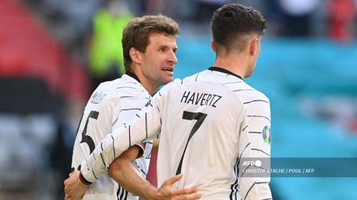 Pemain depan Jerman Kai Havertz (kanan) dan pemain depan Jerman Thomas Mueller bereaksi terhadap gol bunuh diri bek Portugal Ruben Dias (tidak terlihat) selama pertandingan sepak bola Grup F UEFA EURO 2020 antara Portugal dan Jerman di Allianz Arena di Munich, Jerman, pada 19 Juni 2021 .