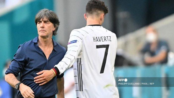 Pemain depan Jerman Kai Havertz (kanan) meninggalkan lapangan dengan ucapan selamat oleh pelatih Jerman Joachim Loew selama pertandingan sepak bola Grup F UEFA EURO 2020 antara Portugal dan Jerman di Allianz Arena di Munich, Jerman, pada 19 Juni 2021.
