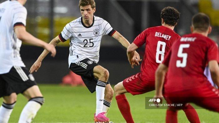 Pemain depan Jerman Thomas Mueller mengontrol bola selama pertandingan sepak bola persahabatan Jerman v Denmark di Innsbruck, Austria pada 2 Juni 2021, dalam persiapan untuk Kejuaraan Eropa UEFA. CHRISTOF STACHE / AFP