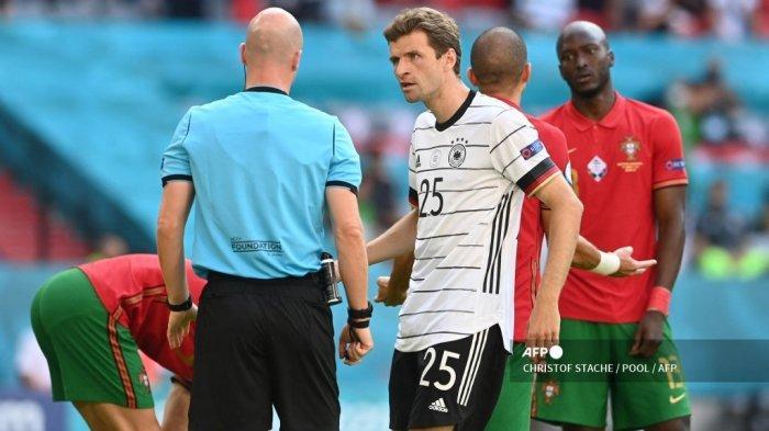 Pemain depan Jerman Thomas Mueller (tengah) berdebat dengan wasit Inggris Anthony Taylor selama pertandingan sepak bola Grup F UEFA EURO 2020 antara Portugal dan Jerman di Allianz Arena di Munich, Jerman, pada 19 Juni 2021.