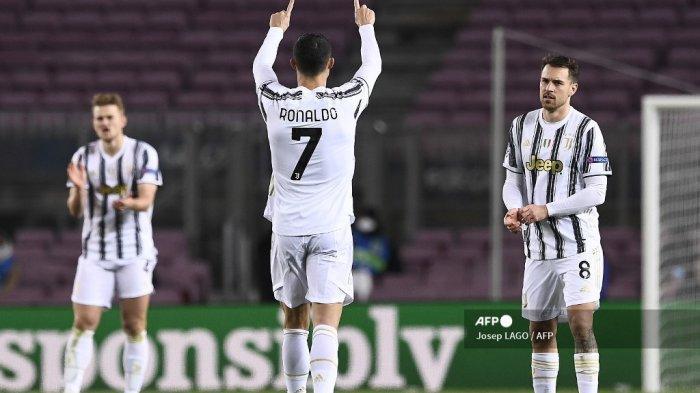 Pemain depan Juventus asal Portugal Cristiano Ronaldo merayakan gol ketiga timnya selama pertandingan sepak bola grup G Liga Champions UEFA antara Barcelona dan Juventus di stadion Camp Nou di Barcelona pada 8 Desember 2020. Josep LAGO / AFP
