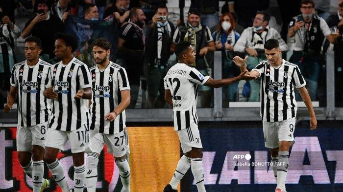 Pemain depan Juventus dari Spanyol Alvaro Morata (kanan) merayakan dengan rekan satu timnya setelah mencetak gol selama pertandingan sepak bola Serie A Italia antara Juventus dan AC Milan di stadion Juventus di Turin, pada 19 September 2021.