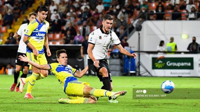 Pemain depan Juventus, Federico Chiesa, mencetak gol untuk menyamakan kedudukan 2-2 selama pertandingan sepak bola Serie A Italia antara Spezia dan Juventus pada 22 September 2021 di stadion Alberto-Picco di La Spezia.