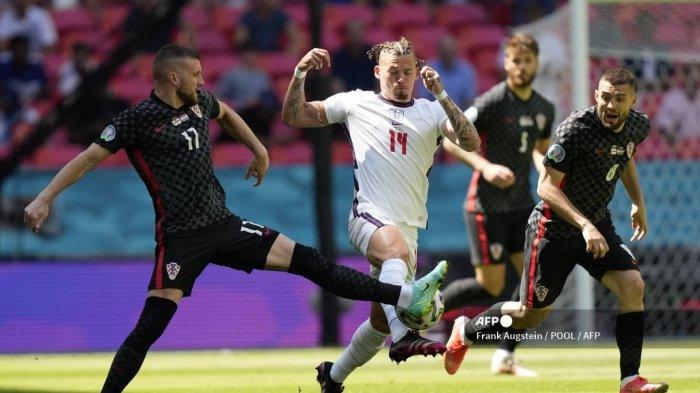 Pemain depan Kroasia Ante Rebic (kiri) memainkan bola melewati gelandang Inggris Kalvin Phillips selama pertandingan sepak bola Grup D UEFA EURO 2020 antara Inggris dan Kroasia di Stadion Wembley di London pada 13 Juni 2021.
