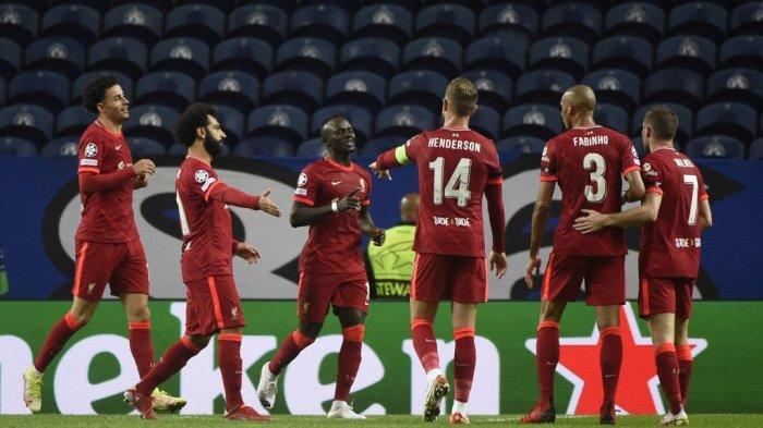 Pemain depan Liverpool asal Senegal Sadio Mane (3L) merayakan mencetak gol kedua timnya selama pertandingan sepak bola grup B putaran pertama Liga Champions antara Porto dan Liverpool di stadion Dragao di Porto pada 28 September 2021. MIGUEL RIOPA / AFP