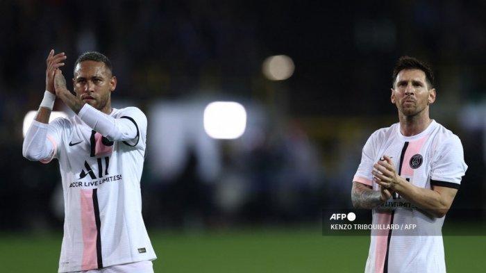 Pemain depan Paris Saint-Germain Argentina Lionel Messi (kanan) dan pemain depan Paris Saint-Germain Brasil Neymar bertepuk tangan setelah pertandingan sepak bola Grup A Liga Champions Club Brugge melawan Paris Saint-Germain (PSG) di Stadion Jan Breydel di Bruges, pada 15 September, 2021.
