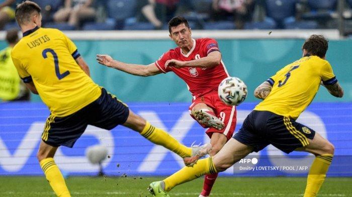 Pemain depan Polandia Robert Lewandowski menembak dan mencetak gol pertama timnya selama pertandingan sepak bola Grup E UEFA EURO 2020 antara Swedia dan Polandia di Stadion Saint Petersburg di Saint Petersburg pada 23 Juni 2021. Dmitry LOVETSKY / POOL / AFP