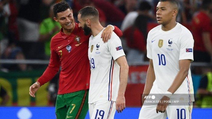 Pemain depan Portugal Cristiano Ronaldo dan pemain depan Prancis Karim Benzema berjalan bersama di luar lapangan di babak pertama pertandingan sepak bola Grup F UEFA EURO 2020 antara Portugal dan Prancis di Puskas Arena di Budapest pada 23 Juni 2021. FRANCK FIFE / POOL / AFP