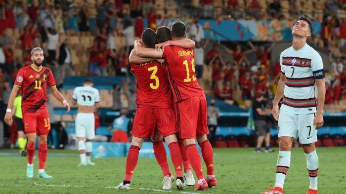 Pemain depan Portugal Cristiano Ronaldo (kanan) bereaksi ketika para pemain Belgia merayakan kemenangan mereka di akhir pertandingan sepak bola babak 16 besar UEFA EURO 2020 antara Belgia dan Portugal di Stadion La Cartuja di Seville pada 27 Juni 2021. LLUIS GENE / POOL / AFP