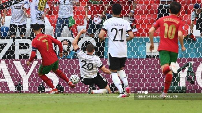 Pemain depan Portugal Cristiano Ronaldo (kiri) bereaksi terhadap gol pertama timnya oleh kiper Portugal Anthony Lopes (tidak terlihat) selama pertandingan sepak bola Grup F UEFA EURO 2020 antara Portugal dan Jerman di Allianz Arena di Munich, Jerman, pada 19 Juni 2021.