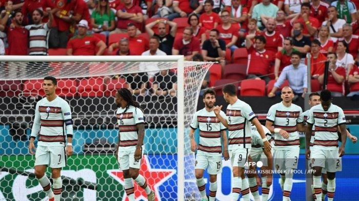 Pemain depan Portugal Cristiano Ronaldo (kiri) dan rekan satu timnya merayakan gol pertama mereka yang dicetak oleh bek Portugal Raphael Guerreiro selama pertandingan sepak bola Grup F UEFA EURO 2020 antara Hongaria dan Portugal di Puskas Arena di Budapest pada 15 Juni 2021. Attila KISBENEDEK / POOL / AFP