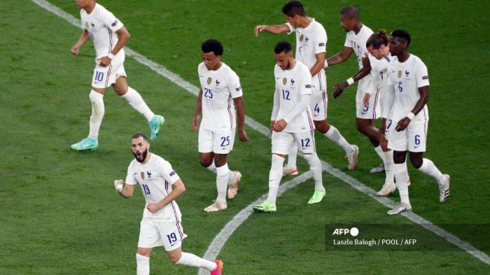 Pemain depan Prancis Karim Benzema (bawah) merayakan dengan rekan setimnya setelah mencetak penalti selama pertandingan sepak bola Grup F UEFA EURO 2020 antara Portugal dan Prancis di Puskas Arena di Budapest pada 23 Juni 2021.