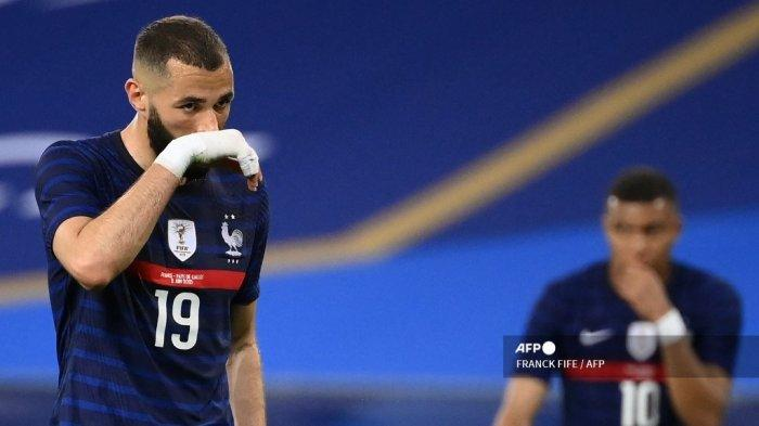 Pemain depan Prancis Karim Benzema memberi isyarat selama pertandingan sepak bola persahabatan antara Prancis dan Wales di Stadion Allianz Riviera di Nice, Prancis selatan pada 2 Juni 2021 sebagai bagian dari persiapan tim untuk turnamen sepak bola Euro 2020-2021 mendatang. FRANCK FIFE / AFP