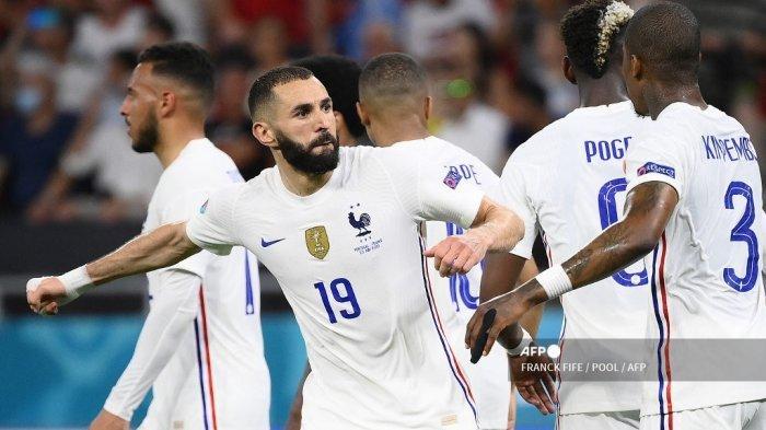 Pemain depan Prancis Karim Benzema merayakan dengan rekan setimnya setelah mencetak penalti selama pertandingan sepak bola Grup F UEFA EURO 2020 antara Portugal dan Prancis di Puskas Arena di Budapest pada 23 Juni 2021. FRANCK FIFE / POOL / AFP