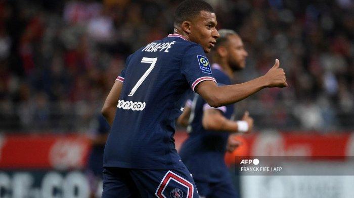 Pemain depan Prancis Paris Saint-Germain Kylian Mbappe memberi isyarat selama pertandingan sepak bola L1 Prancis antara Stade de Reims dan Paris Saint-Germain (PSG) di Stade Auguste Delaune di Reims, Prancis utara pada 29 Agustus 2021.