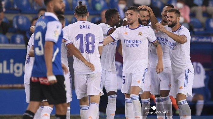 Pemain depan Real Madrid asal Prancis Karim Benzema (3R) merayakan dengan rekan setimnya setelah mencetak gol selama pertandingan sepak bola Liga Spanyol antara Alaves dan Real Madrid di stadion Mendizorroza di Vitoria pada 14 Agustus 2021.